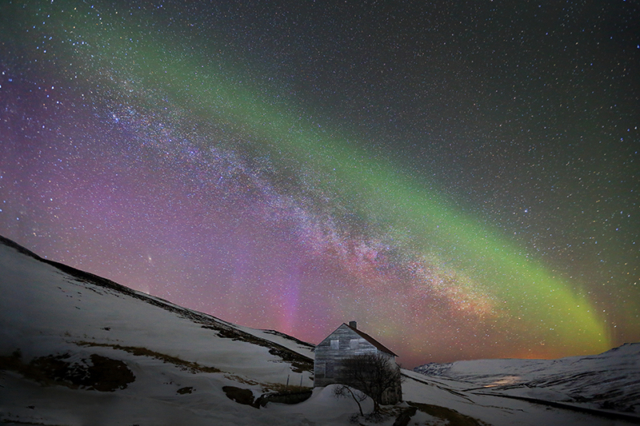 Aurora and Milky way aligned in the sky